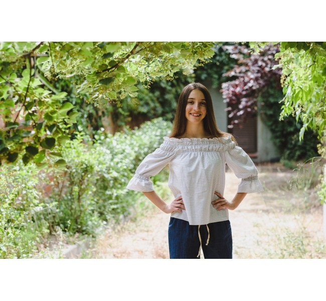 "Blusa ""off the shoulder"" listas azul brillo fondo blanco"